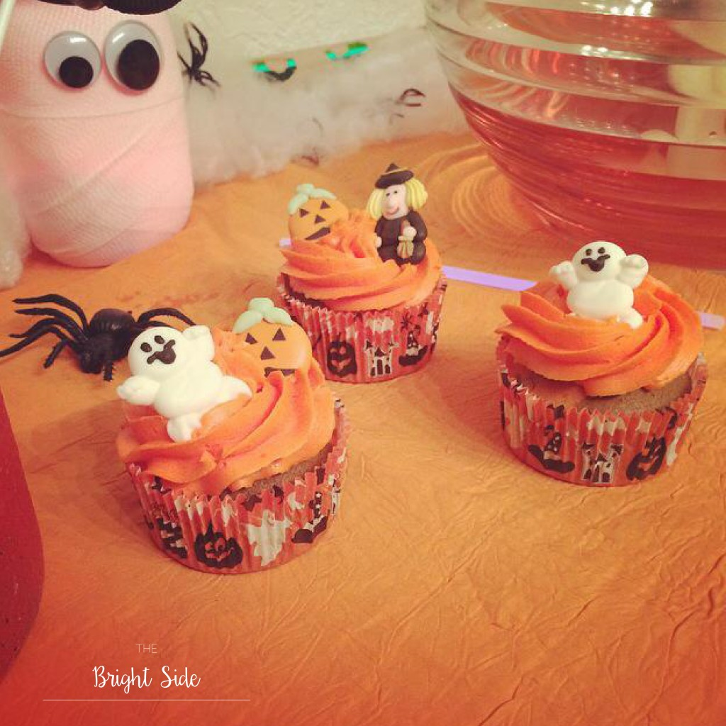 A table : Halloween cupcakes