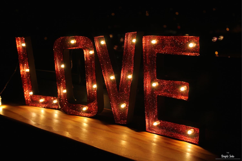 Du LOVE en lettres lumineuses