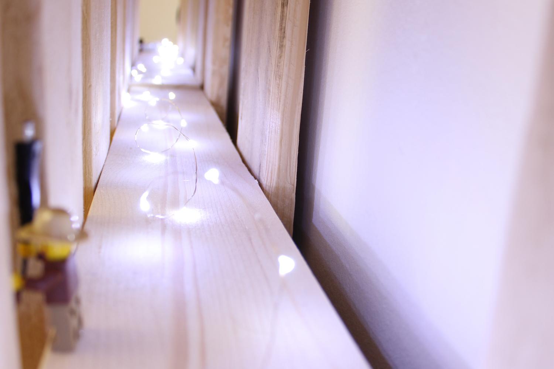 Tête de lit en palette, guirlande lumineuse